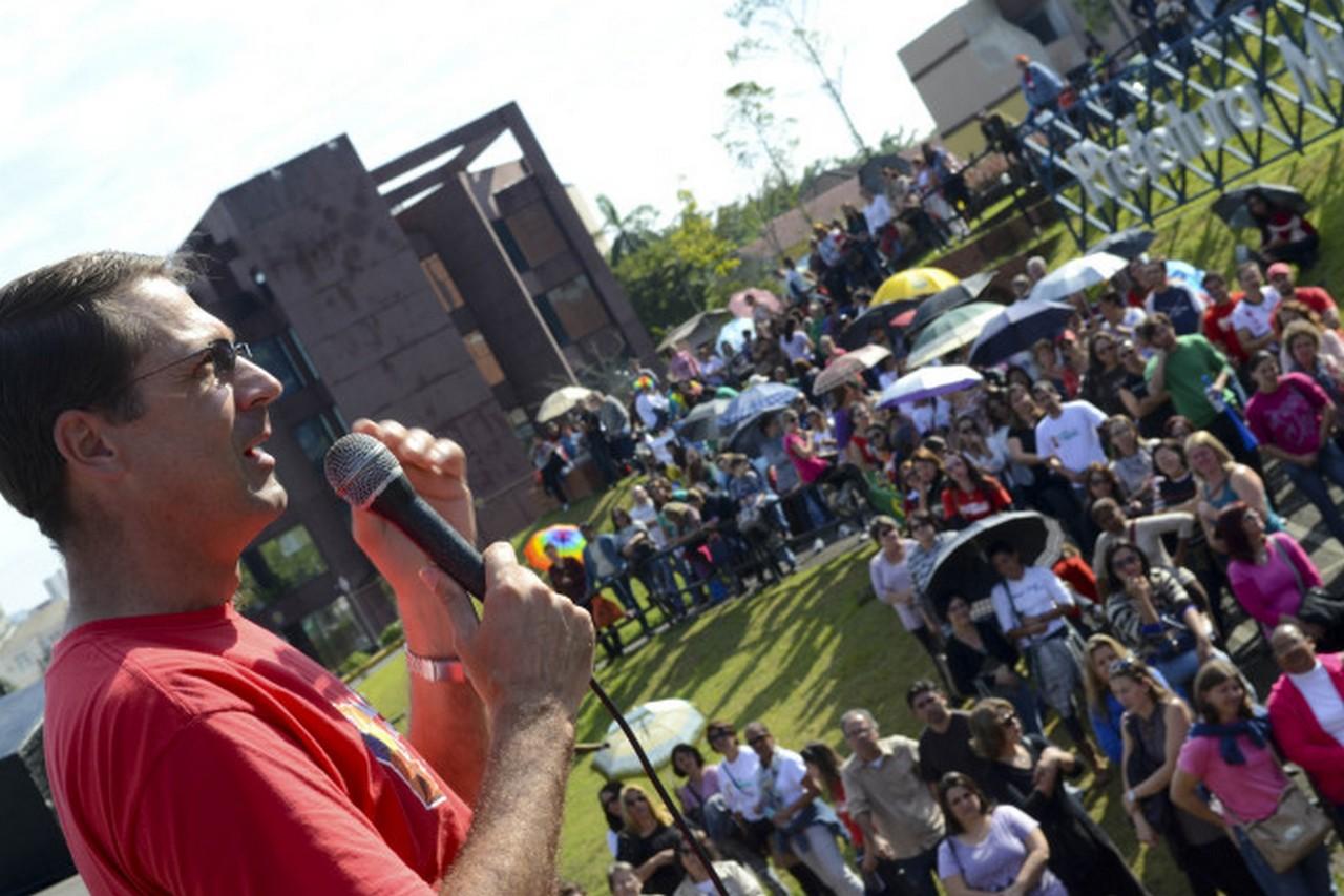 """""""Udo, negocia!"""", gritaram os servidores nesta sexta, em frente à Prefeitura I Foto: Francine Hellmann"""