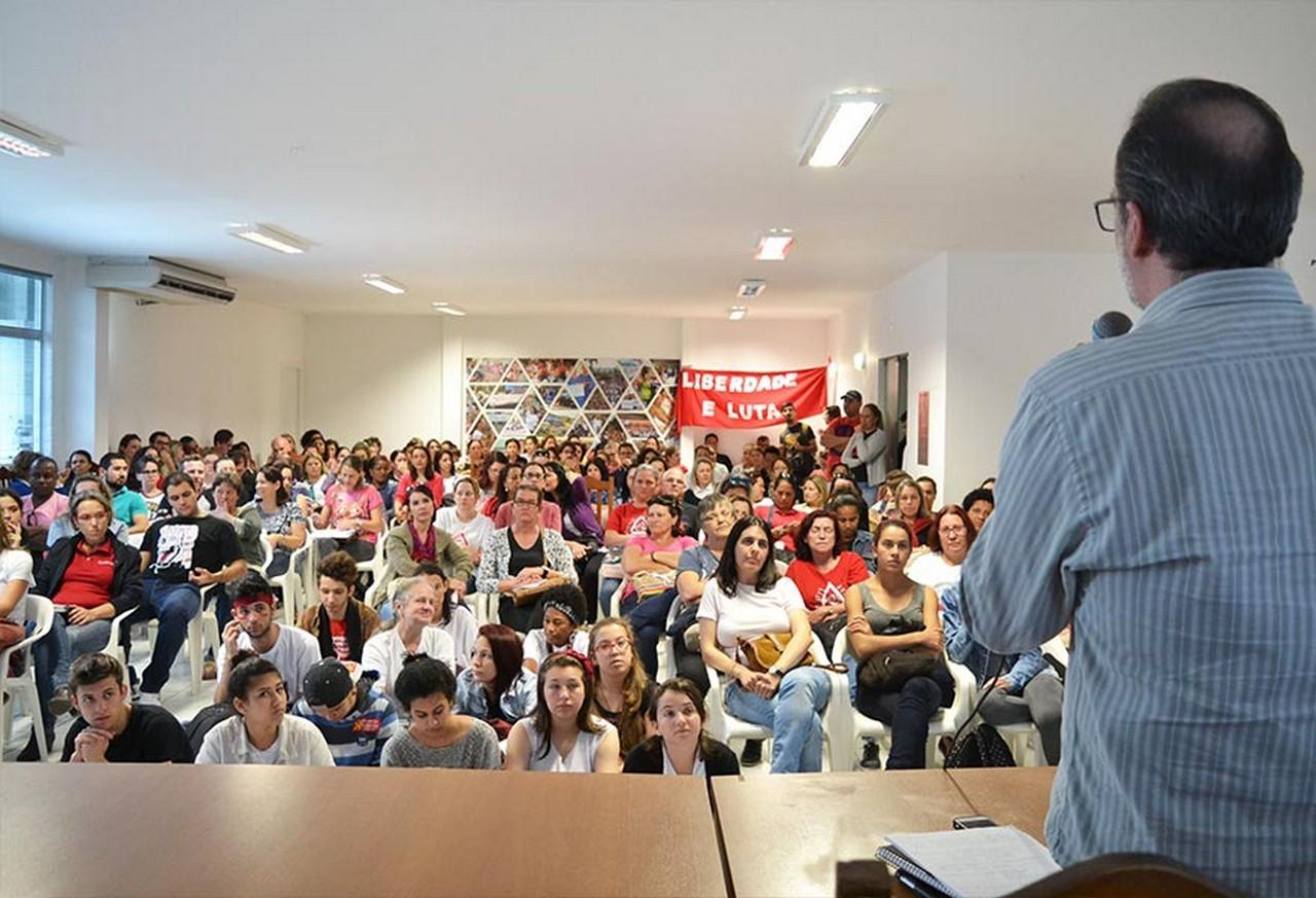 Trabalhadores e jovens lotaram o auditório do Sinsej para discutir Previdência | Foto: Kályta Morgana de Lima