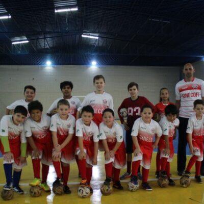 1  Professor Everaldo Aguiar da Rosa com parte dos alunos do Centro Esportivo Sinecofi