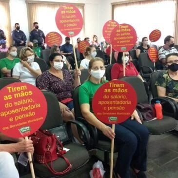 Manifestação do Sindicato na Sessão da Câmara cobra dos Vereadores/as: TIREM AS MÃOS DO SALÁRIO, APOSENTADORIA E PENSÃO DOS SERVIDORES MUNICIPAIS DE CHAPECÓ