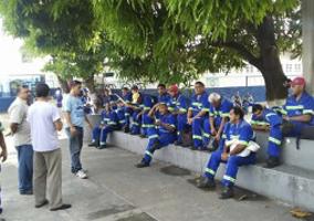 Trabalhadores da Ambev decidiram paralisar as atividades reivindicando o salários, vales alimentação e cestas básicas que estão atrasados